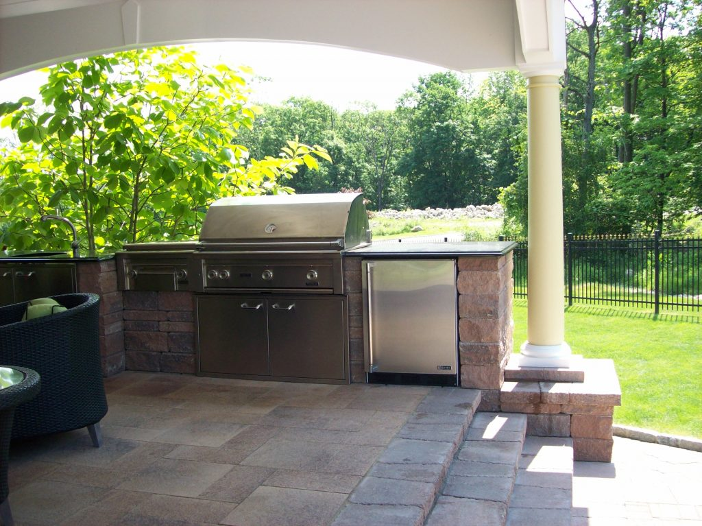 Outdoor Kitchen by Curti's Landscaping